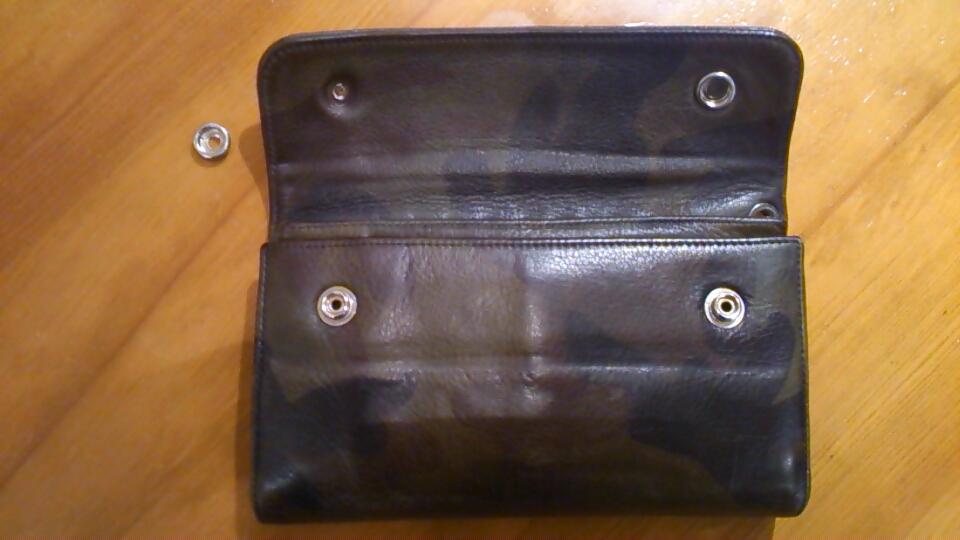ボタンが外れた財布