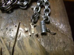 修理前の金具部分です。