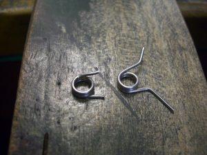 錆びにくい金属でバネを作り直しました。