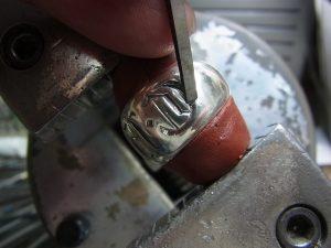 毛彫りタガネで溝を深く掘ります。