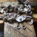 3、パーツをロー付けします。それから、折れたバネを見本に同じサイズのバネを製作します。
