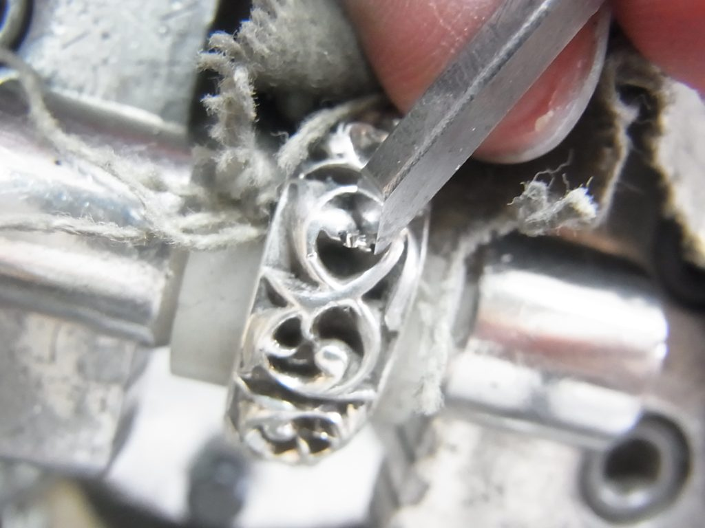 タガネで彫ると銀製の鉋屑が出ます。